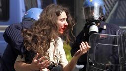"""#Film über den #G8-Gipfel kommt in die italienischen Kinos  """"#Diaz"""" - ein schonungsloser Film über Genua 2001  Knochenbrüche, Blutlachen, Schädeltraumata: Die Erstürmung der """"Diaz-Schule"""" durch die Polizei während des G8-Gipfels in Genua wurde zu einer Orgie der Gewalt. Die Ereignisse an diesem 21. Juli 2001 zeichnet Regisseur Daniele Vicari nach. Für schwache Nerven ist """"Diaz"""" allerdings nichts. Der Film startet am 13. April in 200 italienischen Kinos."""