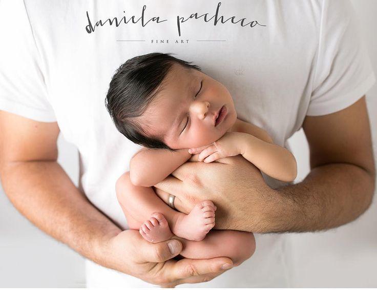 Hace mucho que no publico una foto en manos de papá!!! El lugar más seguro del mundo para una siesta!!!! #lovemyjob #danielapacheco #danielapachecofineart #reciennacidos #newborn #newbornphotographer #reciennacidos #fotosdebebes