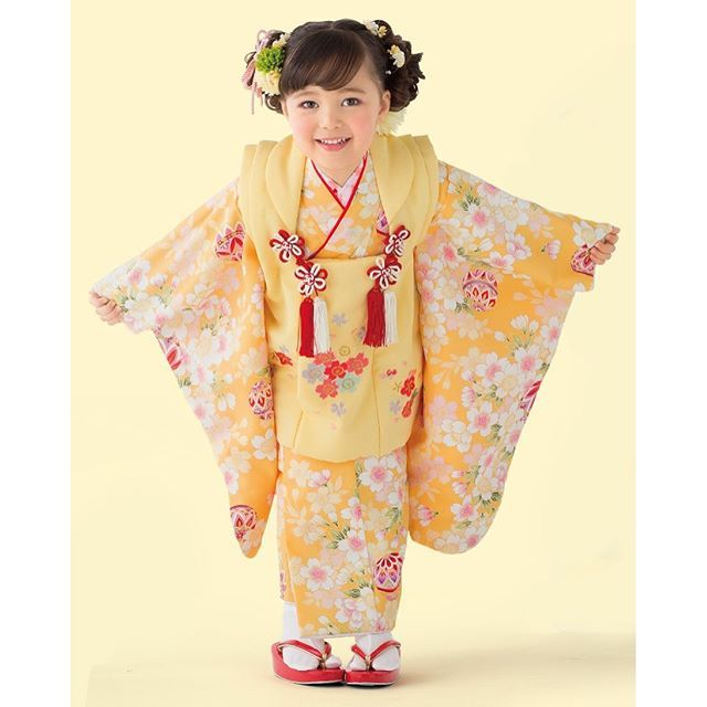 【maimu753】さんのInstagramをピンしています。 《3歳衣装⭐︎ 黄色のお着物です! 赤やピンクと比べると数に限りがございますが、みなさま一度は気になるお色のようです!  予約受付中です! お電話お待ちしております\(^o^)/ 03-5397-3753  #マイム #maimu #maim #七五三 #753 #お祝い #前撮り #3歳 #5歳 #7歳 #子供 #チャイルド #兄弟 #姉妹 #パパ #ママ #衣装 #着物 #袴 #すずらん通り #荻窪 #杉並区 #東京 Tokyo #黄色 #花 #桜 #まり》