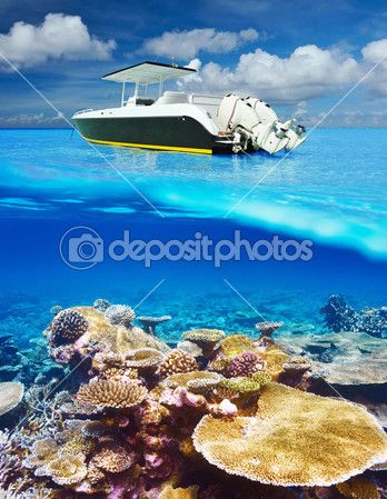 пляж и двигатель лодка с коралловым рифам подводного зрения — Стоковое фото © haveseen #44194831