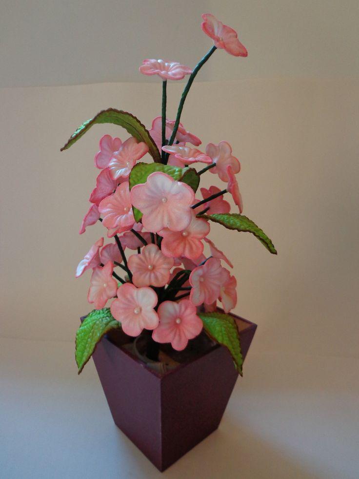 Deixe sua casa mais charmosa ou presenteie quem você ama com este lindo Arranjo Floral em E.V.A Modelado. <br>Vaso em MDF pintado à mão !! <br> <br>Confeccionamos em todas as cores.
