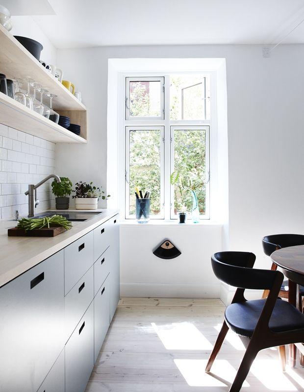 Få et drømmekøkken på budget | Mad & Bolig / Skabslåger og fronter i laminat er fra &Shufl, mens køkkenmodulerne er fra Ikea. Bordplade og hylder i hvidolieret asketræ og fliser fra Classica Seta. Urtepotter fra Rig-tig by Stelton. Sozu-vandhane fra Zeromix og Zerox-vasken er en Blanco steel art. Gulvet er sæbebehandlet fyrretræ.