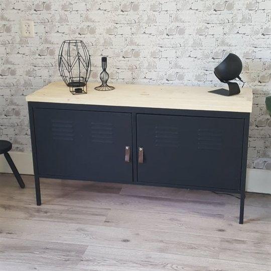 Ikea ps locker kast in mat zwart, met leren greepjes en hout bovenop