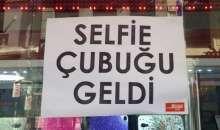 Muhteşem İcat Selfie Çubuğu  Selfie çubuk bir ince uzun çubuk var, telefonu buna takıyorsun. Ucunda denklanşör görevi gören düğme var.   Daha uzağa gidip kalabalık selfiler çekebiliyor.
