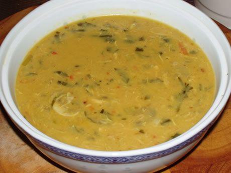 Kip-kerriesoep. Een origineel pittig recept bereid door de Happy Chief Cook. Een heerlijke soep met een pittige smaak. Het is een stevige soep die ook kan dienen als maaltijdsoep.