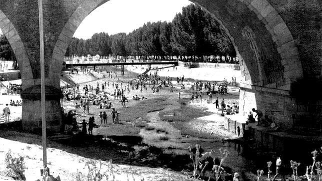 Pasión por Madrid: Las 'playas' del Manzanares l Puente de los Franceses era uno de los sitios preferidos para el baño, tal vez por su ubicación a medio camino entre la parte urbana y los parajes silvestres. La imagen es de la década de los cincuent