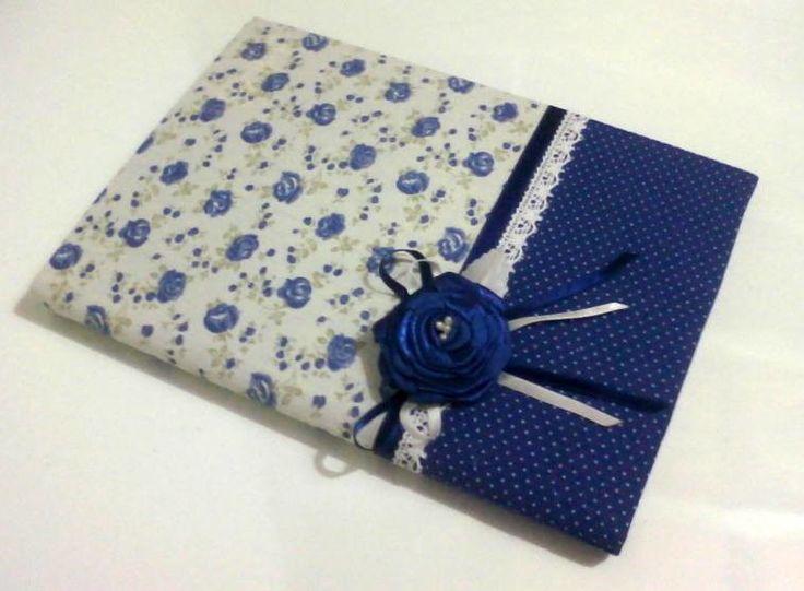 Consultar disponibilidade dos tecidos. <br>Caderno capa dura encapado com tecido 100% algodão, decorado com flor de cetim.