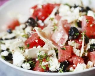 Salade pastèque, olives et feta : http://www.fourchette-et-bikini.fr/recettes/recettes-minceur/salade-pasteque-olives-et-feta.html