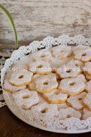 Ho una passione per la piccola pasticceria, in particolare per i biscotti.   Non apprezzo particolarmente le farce, le creme, i fritti, la ...