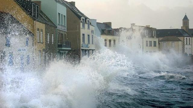 Le quai des Paimpolais balayé par les vagues. Lundi soir, les maisons de l'île de Sein ont tremblé face à la furie du vent et de la mer.