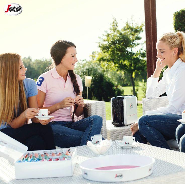 Badania dowodzą, że po wypiciu gorącej kawy myślimy o drugiej osobie w bardziej pozytywny sposób! To idealny sposób na budowanie relacji z najbliższymi :) #segafredo #segafredozanetti #segafredozanettipoland #friends #przyjaciele #spotkanie #meeting #coffee #kawa #coffeetime #coffeelovers