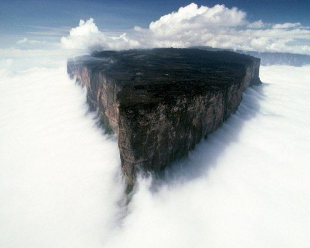 Гора Рорайма, расположенная на стыке Бразилли, венесуэллы и Гайаны.