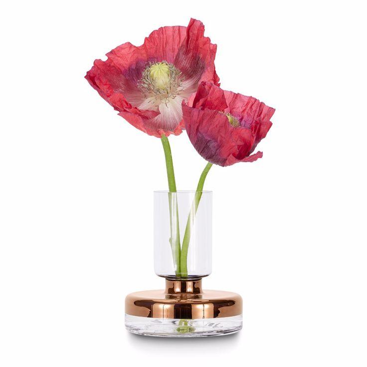 Créée par Tom Dixon, Tank est une collection d'accessoires pour la table qui allie parfaitement esthétique contemporaine et techniques traditionnelles. Le vase Tank Bud est réalisé en verre soufflé à la bouche et les détails cuivrés sont peints à la main.