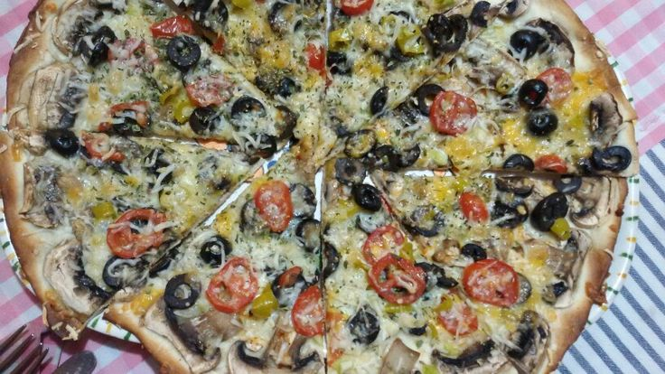 Pizza de champiñones, aceitunas,tomate cherry,guindilla vasca y queso vegano