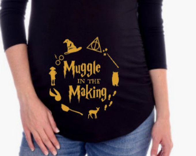 Muggle de maternidad camisa de Harry Potter en la fabricación  Esta camisa de maternidad, encontrará un montón de elogios:) mezcla de 60/40 poly algodón para durabilidad y elasticidad. Tengo otros diseños de Harry Potter disponibles. Por favor revise mi tienda para ropa de bebé Harry Potter relacionado y más más ideas de regalo. Compruebe por favor la carta del tamaño antes de ordenar.  https://www.etsy.com/shop/CutieButtsBoutique   Si usted tiene alguna pregunta, póngase en contacto conmigo…