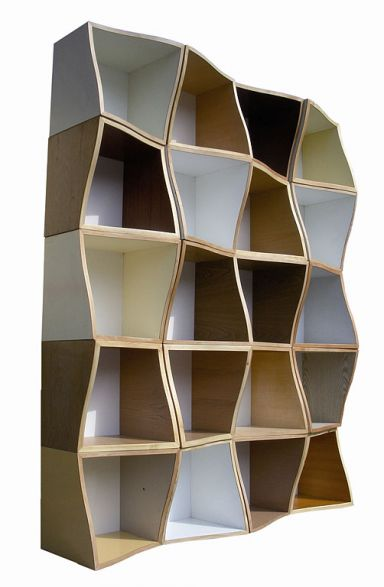 """REGALSYSTEM """"FRANK"""" VON OLIVER SCHÜBBE  Oliver Schübbes Regal """"Frank"""" besteht aus beliebig kombinierbaren Einzelelementen aus recycelten Span- und Tischlerplatten, Sperrholz und Hartfaserplatten. Schübbe produziert """"Frank"""" gemeinsam mit der Herforder Recyclingbörse in Serie, was das Regalsystem bezahlbar macht. Ein Element ist zum Preis von jeweils 19 Euro zu haben. www.ecomoebel.de"""