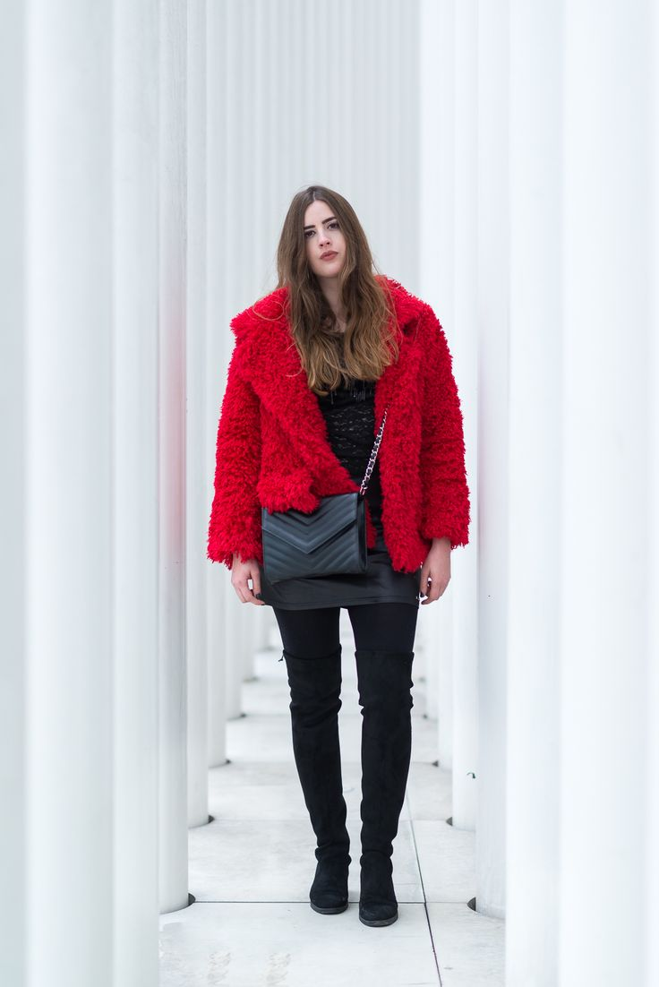 #outfits : Trendfarbe Rot im Winter kombinieren #Modeblog #Felljacke #Winteroutfit #Fashionblogger