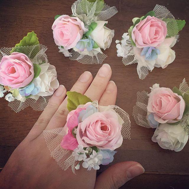 余った造花で自分の分も作っちゃった♡笑 グルーガンでくっつけるだけで出来るからとっても簡単でした(o^^o)  #フラワーリング #完成#結婚式#結婚式diy #グルーガン#ピンク#水色#ブライズメイド #diy