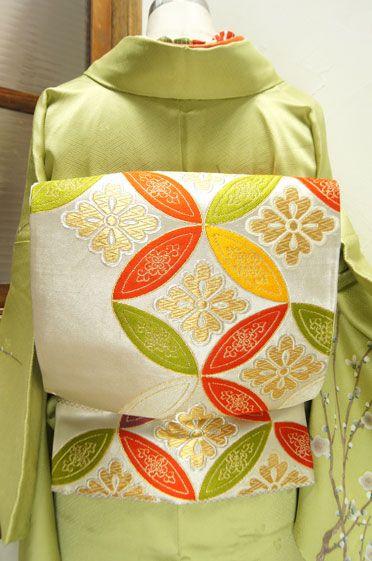 白銀に美しい唐花七宝文様が織り出された袋帯です。