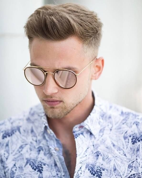 Estiloso e elegante, o lindo @carl_cunard apostou no modelo espelhado vermelho da Ray Ban e garantiu um look super desbojado! 😎 #oticaswanny #carlcunard #rayban #lookmasculino #oculosrayban #oculosmasculino