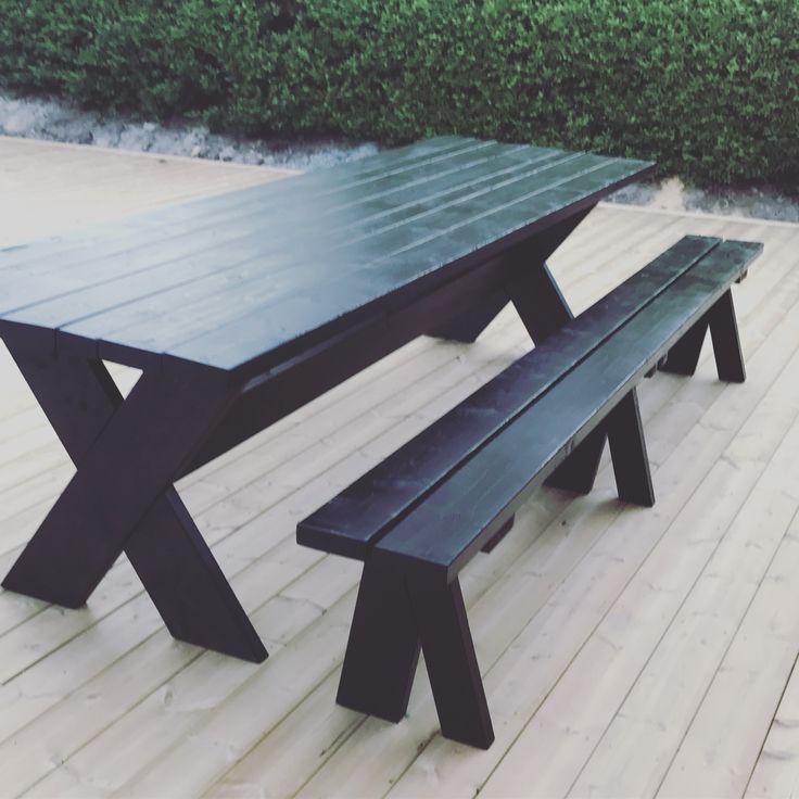 Diy rustikt kryssbord med tillhörande bänkar.