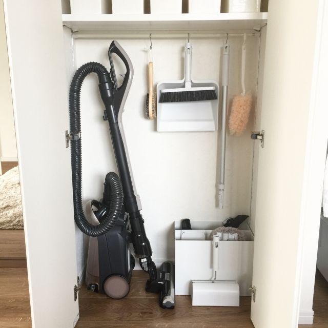 usaco.さんの、クローゼット,無印良品,シンプルに暮らしたい,シンプルインテリア,シンプル,掃除道具収納,掃除道具,掃除機,ファイルボックス,棚,のお部屋写真