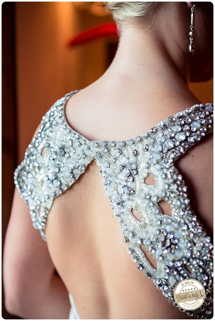 Amazing details from a Jenny Packham bridal dress. OMG *_* Ph Fia Forever http://www.brideinitaly.com/2013/10/fiaforever-tuscany.html #italianstyle #wedding
