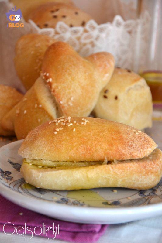 Panini all'olio con lievito madre, preparati con farina manitoba e olio extra vergine di oliva italiano.