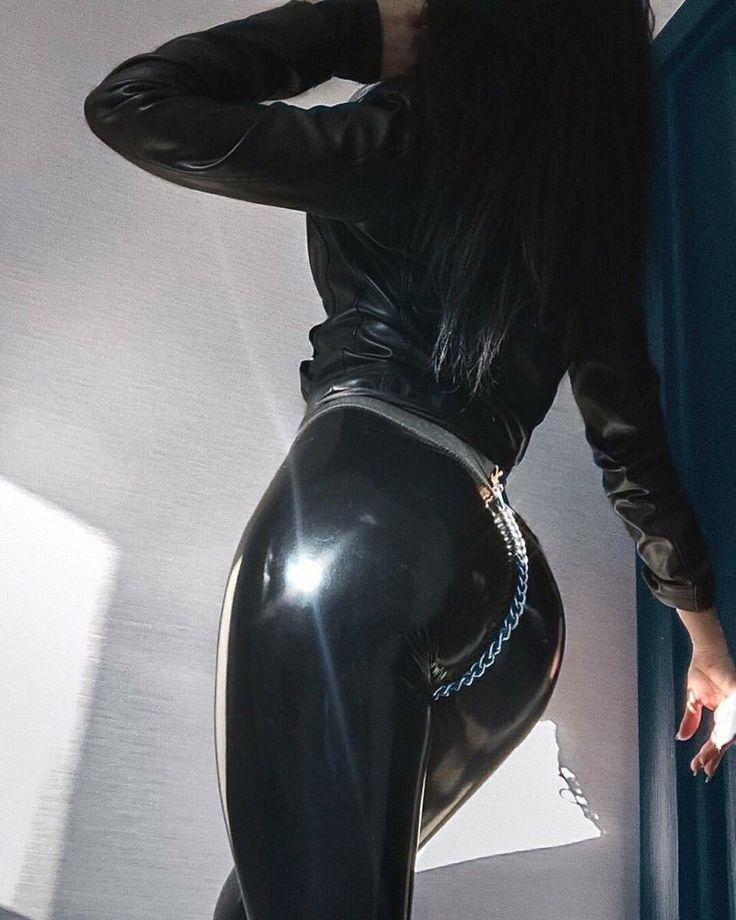 тоже фига в кожаных штанах потеет попа через заду