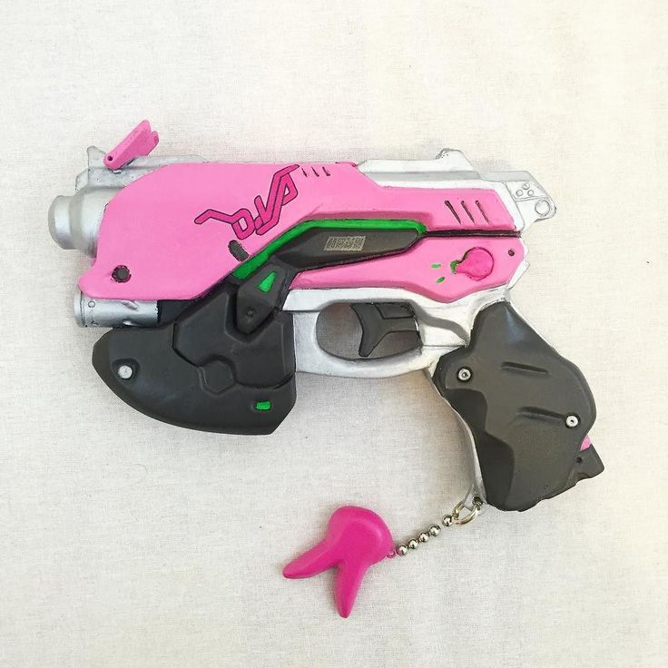 Finally added the decals @gatewayprops sent to me to my D.Va gun! It looks so cute! Prop by @gatewayprops and painted by me ;)