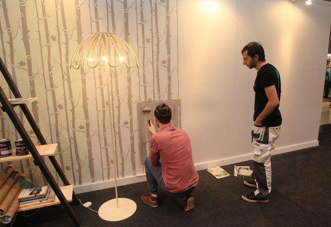 Skandinaaviapäraseid värvišabloonide tootev StenCilit on Merili Sule ja tema partneri Petricâ Artene (pildil esiplaanil) ühine ettevõtmine. Tartu ehitus- ja sisustus messil näitasid nad, kuidas seina sel moel põnevamaks muuta. Vaata videot!