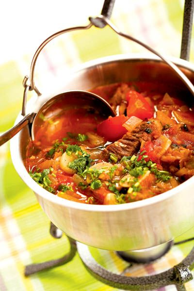 1. Carnea de vită se spală, se taie cubuleţe şi se prăjeşte în ulei. Se adaugă ceapa tocată mărunt şi ardeiul iute fin tocat. Se stinge cu apă şi se fierbe înăbuşit un sfert de oră. 2. Se adaugă vinul, se spumează şi se fierbe în continuare, până când se pătrunde carnea. Se adaugă apoi …