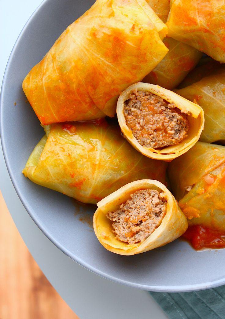 Deze gestoofde koolrolletjes zijn gevuld met gekruid gehakt en omhuld door kool. Langzaam stoof je ze gaar tussen de tomaten en bouillon. Heerlijk!