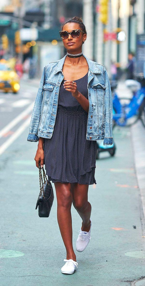 Jasmine Tookes de vestido de poá, jaqueta jeans e keds branco para o casting do Victoria's Secret Fashion Show.