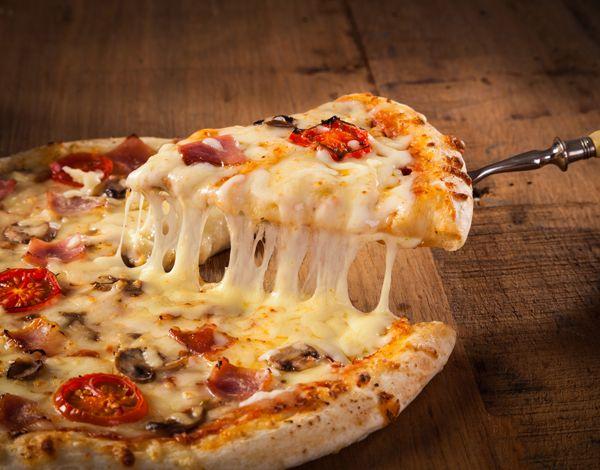 Λαχταριστή με αφράτη ή λεπτή ζύμη αλά ιταλικά, λιτή με τυρί και ντοματένια σάλτσα ή πιο πληθωρική-αλά γκρεκ- με μπόλικα υλικά, ανάλογα με τα γούστα, η πίτσα είναι από τις αγαπημένες μας επιλογές όταν θέλουμε να επιδοθούμε σε μικρές- ή μεγαλύτερες- διατροφικές ατασθαλίες. Επειδή λοιπόν, το σπιτικό έχει άλλη χάρη, δοκίμασε να μην παραγγείλεις απ' έξω αλλά να την φτιάξεις με τα χεράκια σου.