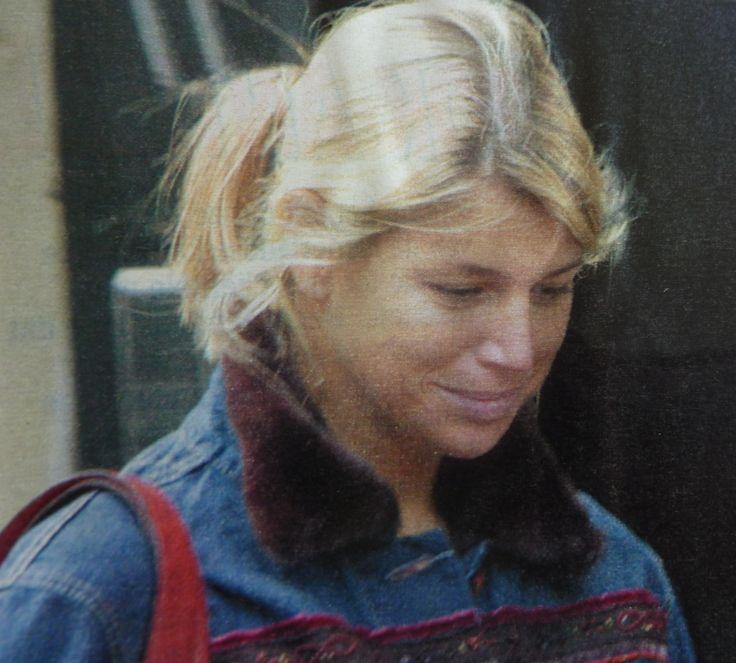 Maxima in 2002 incognito op straat, zonder al te veel make-up en haar haren eenvoudig in een staartje. Dit is niet de glamourvrouw zoals we haar nu kennen.