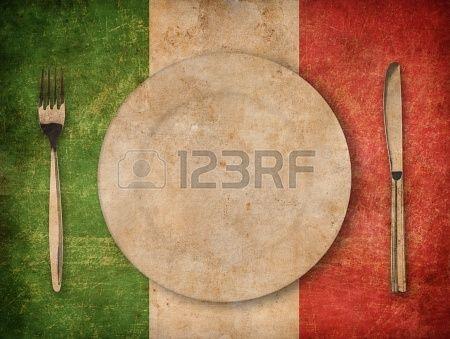Plato, tenedor y cuchillo en grunge bandera italiana Foto de archivo - 20750654