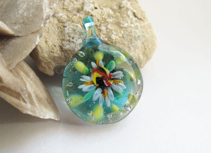 Wisiorek niebieski z kwiatem - Mizeria_Artystyczna - Wisiorki szklane