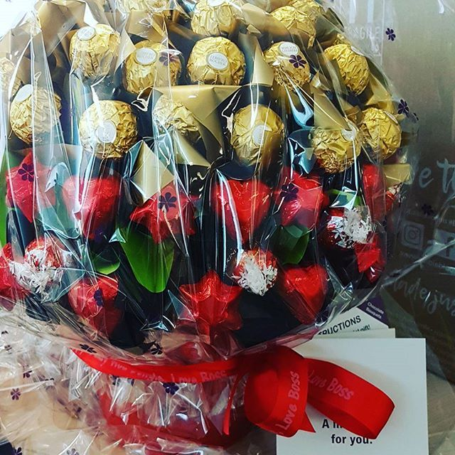 #valentines #photooftheday #workdeliveries #edibleblooms #yummyyummyinmytummy #chocolate #loveboss #love @vtayle - thank you