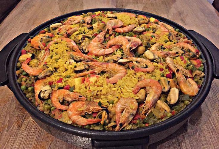 Het eerste Valenciaanse paella recept stamt uit de 18e eeuw. Dit gerechtstond voorheen bekend als Valenciaanse rijst. De naam paella komt van de pan waarin dit gerecht gemaakt wordt. Deze naam is afkomstig van het Latijnse woord patella. De eerste paella gerechten werden gemaakt met paling, groene bonen en slakken.