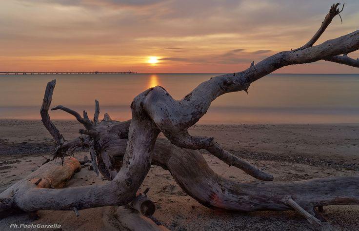 Tramonto Spiagge Bianche è una foto scattata da Paolo Garzella, e immortala un tramonto sul mare, ci troviamo più precisamente nel litorale livornese - from 182€