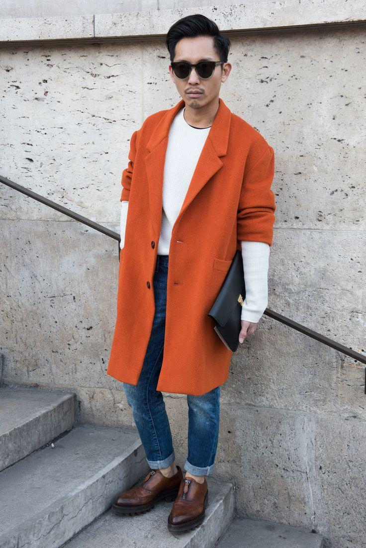 Paris foi a última parada para os fashionistas que acompanharam de perto as semanas de moda masculinas de Inverno 2016 (veja os desfiles aqui ). Com as baixas temperaturas características do inverno europeu, as ruas da cidade foram invadidas por looks repletos de texturas, especialmente as de pelo e pele. Seja em peças inteiras, em detalhes localizados ou nos acessórios, a tendência apareceu tanto nas produções femininascomomasculinas, deixando o street style da capital francesa com ares…