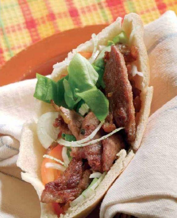 kebab d'agneau - ingrédients: Pour 4 personnes 400 g d'épaule d'agneau 2 feuilles de salade 1 tomate 1 oignon 4 pains plats l jus de citron l pin...