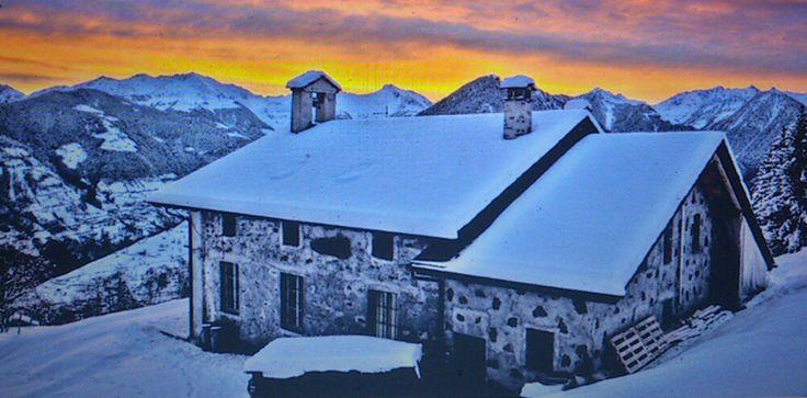 Val Gerola - Rifugi -Della Corte - Valtellina  #rifugi #valgerola #valtellina Il Rifugio della Corte è situato in Val Gerola 5km sopra l'abitato di Rasura, a 1250 mt di quota.