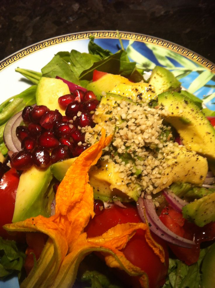 ORGANIC Green salad with avo, pomegranate, hemp seeds and the usual playazzz