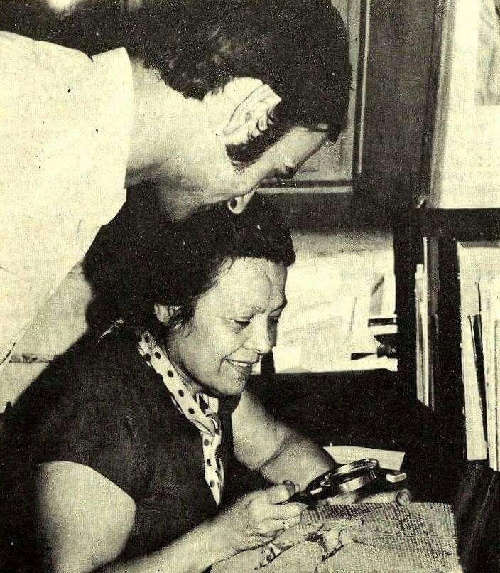 Sümerolog Muazzez İlmiye Çığ, bir Sümer tabletini okuyor (1970)