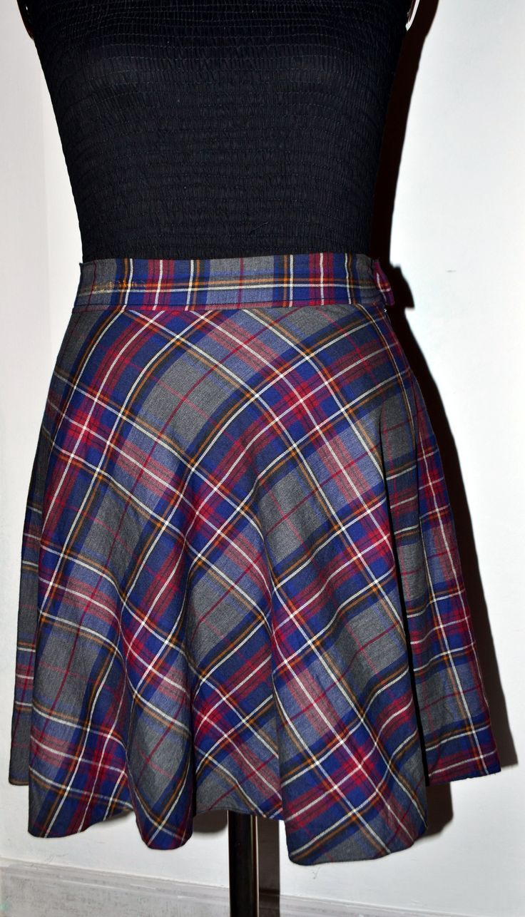 Gonna mezza ruota in cotone misto9 lana scozzese. Foderata internamente con fodera blu. Vita alta e cinturino. https://frizzantina.wordpress.com/2016/02/21/una-gonna-in-una-sera-a-skirt-in-an-evening/
