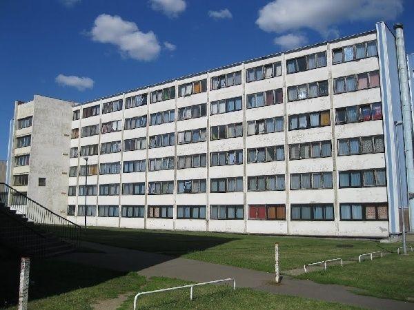 Wat is Sovjet architectuur?   Geheel in lijn met haar idealen om een klasseloze, staatloze, socialistische maatschappij op te richten, begint de Sovjet-Unie in de jaren zestig met h