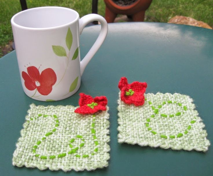 Pin Loom Poppy Mug Rug. Blog with quite a few project ideas for pin looms