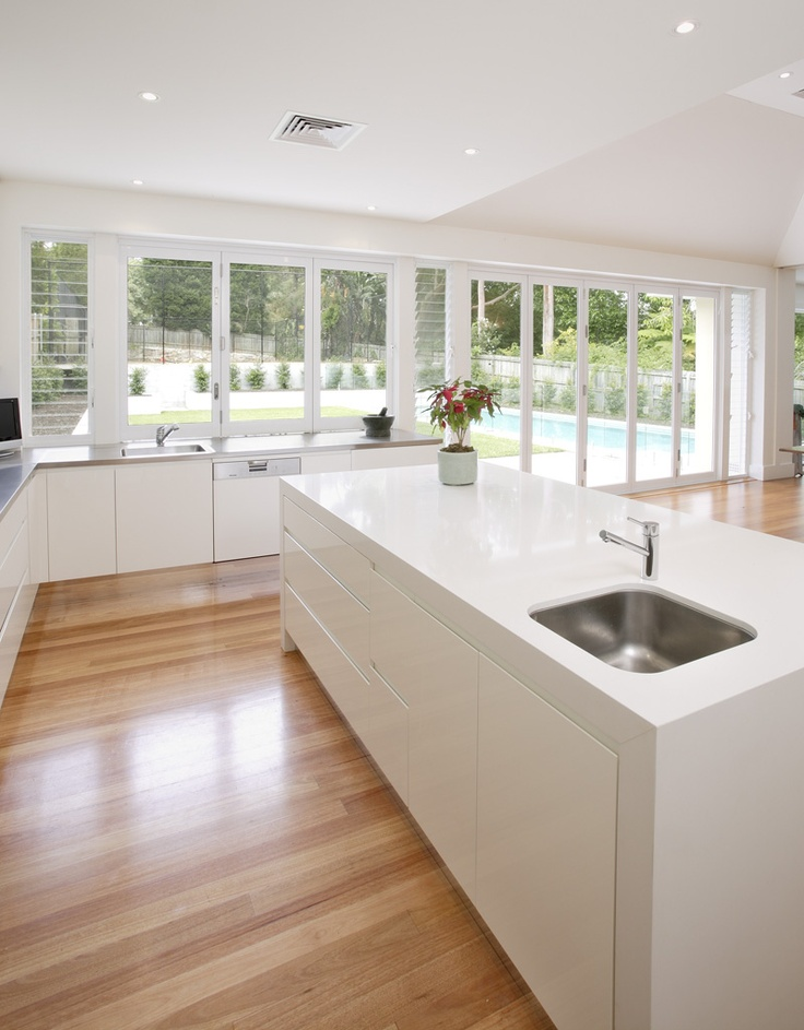 I really Love the clean lines of this kitchen and all the light :-) oh and the pool of course :-)